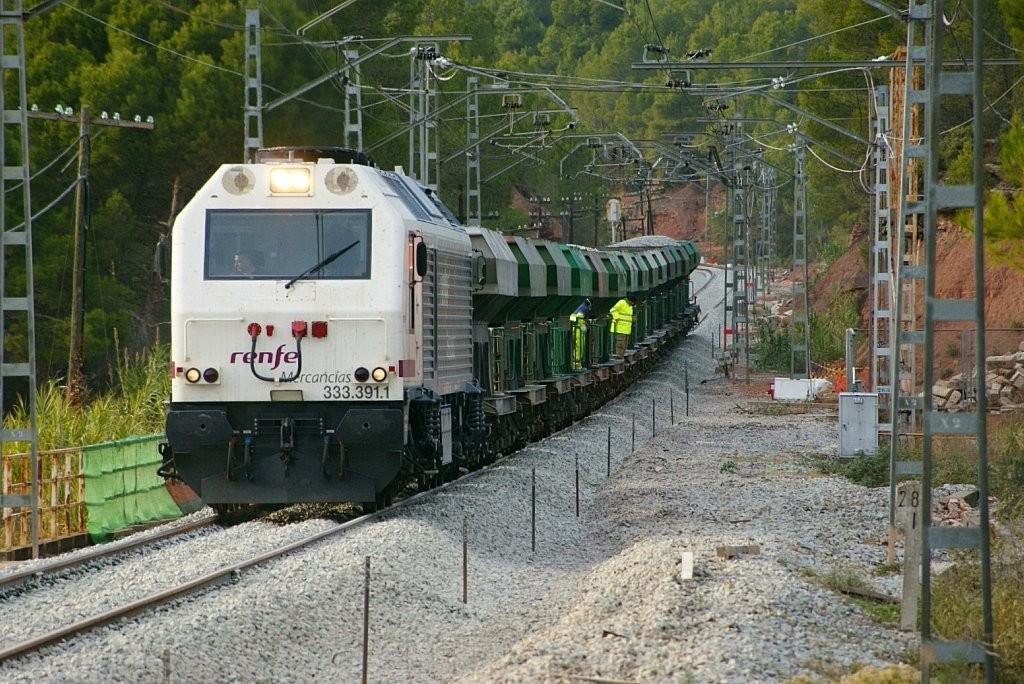 La 333-391, perteneciente a la serie de locomotoras diésel más numerosa de Renfe, haciendo trabajos de renovación de vía en Rajadell. Foto: eldelinux.