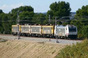 Tren de locomotoras eléctricas de Renfe formado por 2 series distintas. Foto. Eldelinux.