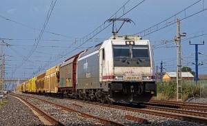 Un tren de mercancías de Renfe remolcado por la 253-017. Foto: Eldelinux.