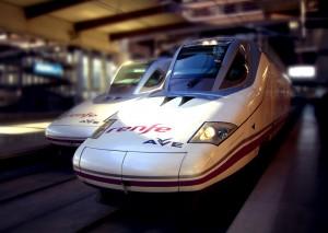 Dos trenes de alta velocidad Talgo 350 en Puerta de Atocha hecha por Mikel Ortega.