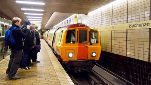 Un tren del metro de Glasgow en la estación de Buchanan. Foto de Ed Webster.
