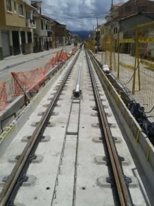 Imagen del avance en la instalación de los raíles y el sistema APS de Alstom en el tranvía de Cuenca. Foto: Tranvía de Cuenca.