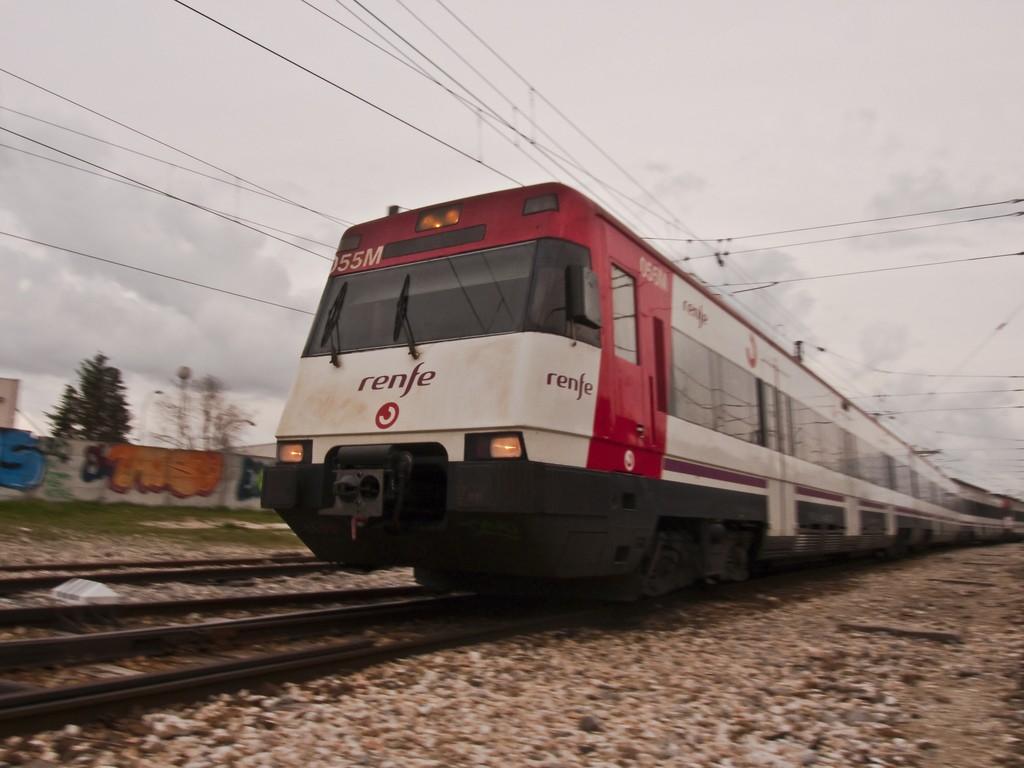 En la línea C-5 del núcleo de Cercanías Madrid dan servicio diversas unidades del modelo 446. Foto: Santi P.A.