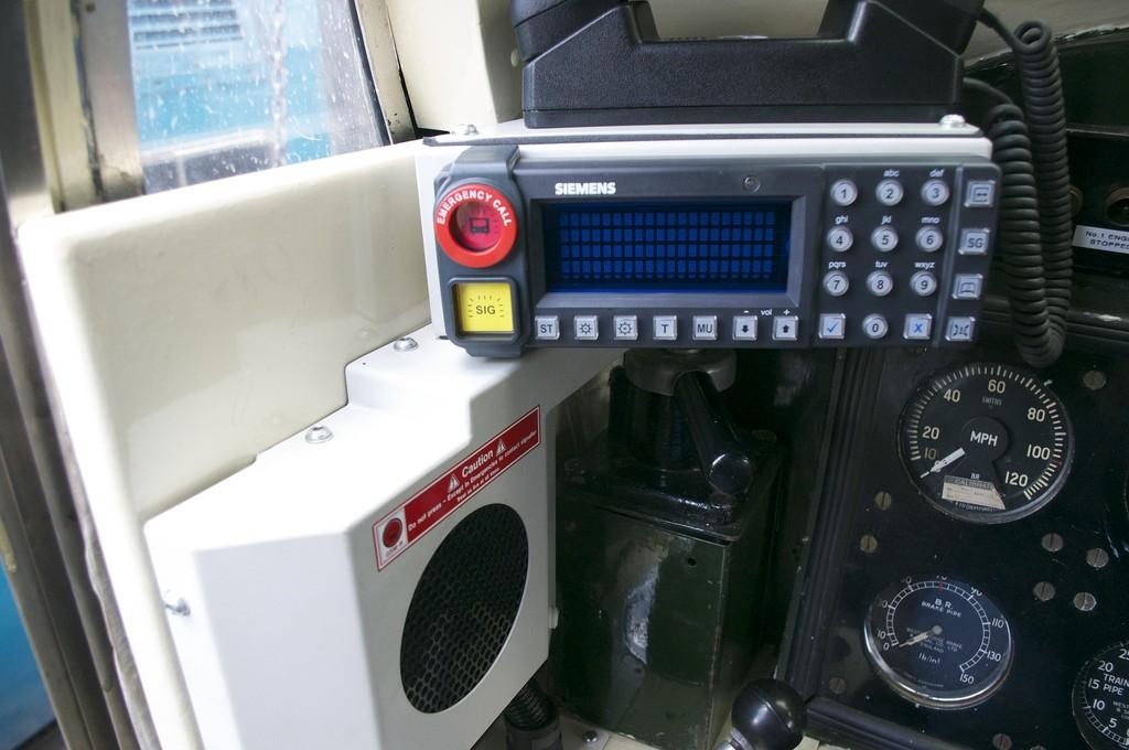 El sistema GSM-R instalado en la abina de un Siemens D9009. Foto: Joshua Brown.