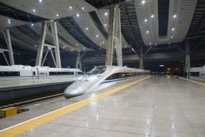 Tren de alta velocidad entrando en una futurista estación de ferrocarril en Pekín. Foto: Siyuwj.
