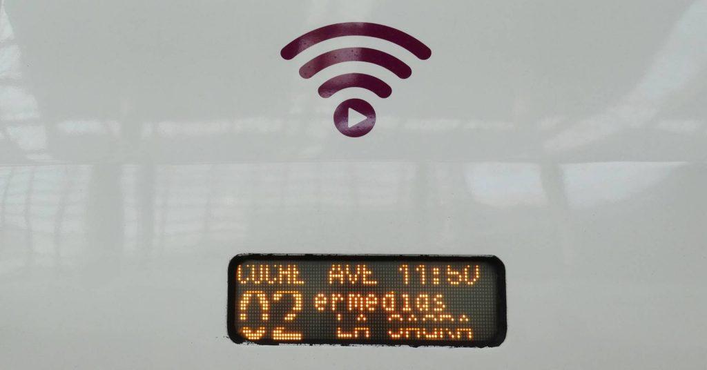 Los trenes que cuenten con PlayRenfe instalado tendrán este pictograma identificativo sobre el teleindicador de destino. Foto: Miguel Bustos.