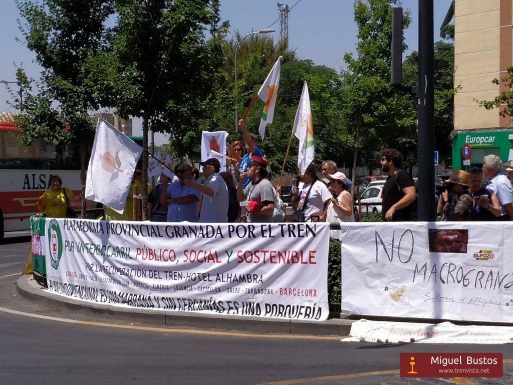 La manifestación de la Plataforma Provincial Granada por el Tren, menos multitudinaria de lo que la ocasión requería