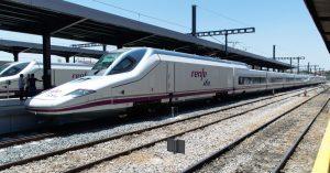 El 112-022, tren inaugural del AVE Madrid-Granada, estacionado en la estación de Granada.