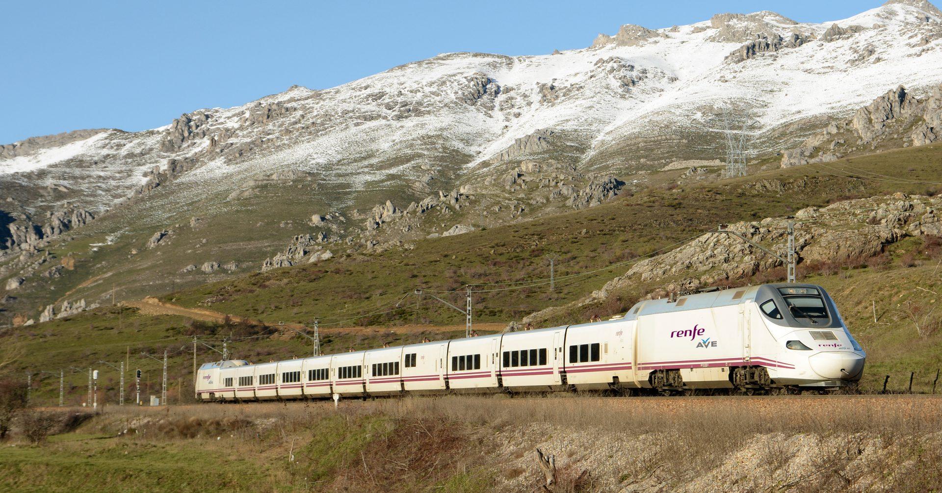 Un tren de la serie 130 luciendo los nuevos logotipos de AVE. Foto: Nuno Silva.