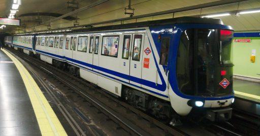 """Tren de la serie 2000 """"Burbuja"""" de la línea 5 del metro de Madrid"""