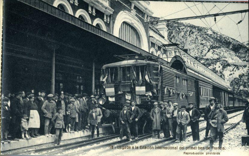 Foto del primer tren eléctrico que, en pruebas, llegó a Canfranc en 1928 con una locomotora BB Midi en cabeza, similar a la del último cerealero. Foto de Francisco de las Heras cedida por la fototeca del Museo del ferrocarril de Madrid.