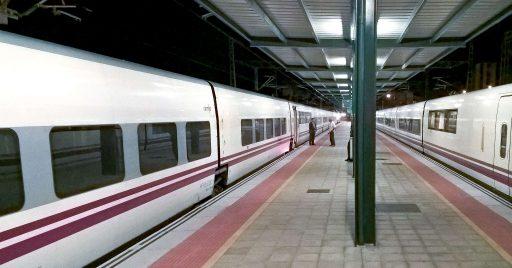 Trenhotel Galicia-Cataluña en la estación de León junto a un AVE. Foto (CC BY SA) Pedro Seoane Prado