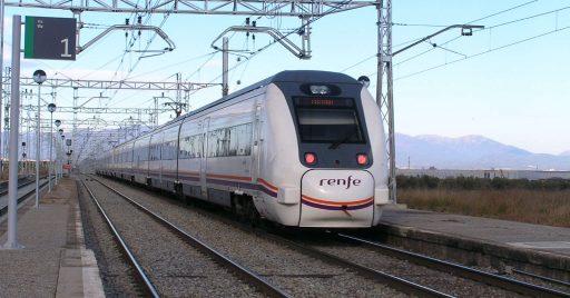 Media Distancia prestado con un tren de la serie 449 pasando por Villamalla. Foto (CC BY NC SA): Jordi Verdugo