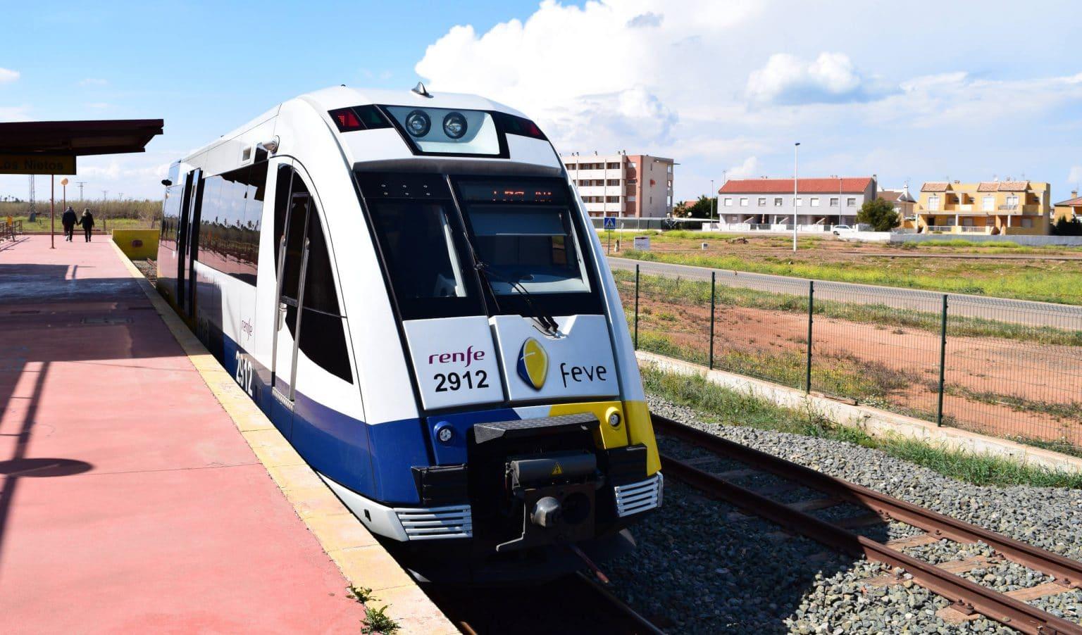 Unidad 2900 de Renfe en la estación de Los Nietos, desde la que partiría la extensión a La Manga. Foto (CC BY SA): Ricardo Ricote