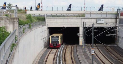 Tren de la serie 484 del Sbahn de Berlín saliendo del túnel de la estación del aeropuerto de Berlín Brandemburgo. Foto: Pedant01
