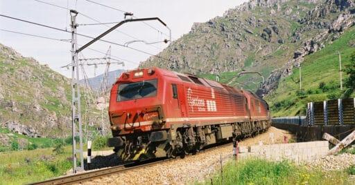 El tren de transporte de carbón de Acciona Rail Services circulando por Busdongo. Foto (CC BY SA): Jean-Pierre Vergez-Larrouy.