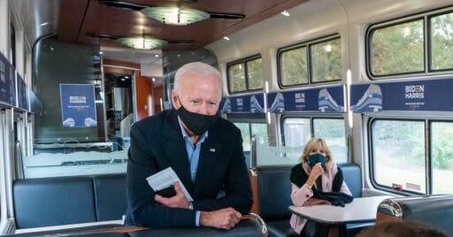 Joe y Jill Biden en el Build Back Better Express. Foto: Adam Schultz / Biden for President.