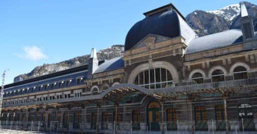La antigua estación de Canfranc siendo rehabilitada para su nuevo uso turístico. Foto: Marc Celeiro.