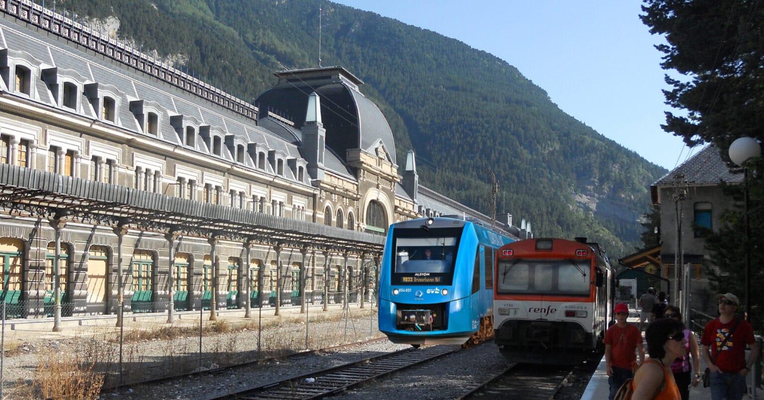 Montaje de un Coradia iLint en Canfranc. Foto de la estación: McBodes. Foto del tren: Jacek Rużyczka