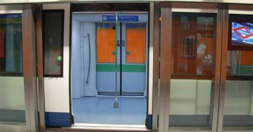Tren de la serie 8000 del metro de Madrid en San Nicasio durante las pruebas de las mamparas que hacen posible la conducción 100% automática. Foto (CC BY NC SA): Miguel Bustos