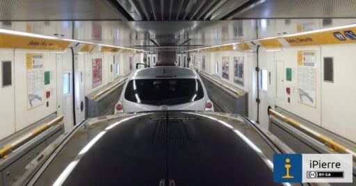 Interior de una lanzadera portacoches del eurotúnel.