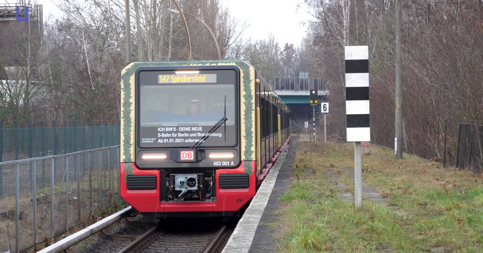 La 483 001 con la decoración especial de inauguración de la serie entrando en Spindlersfeld. © UNDERGROUNDBERLIN, captura de pantalla.