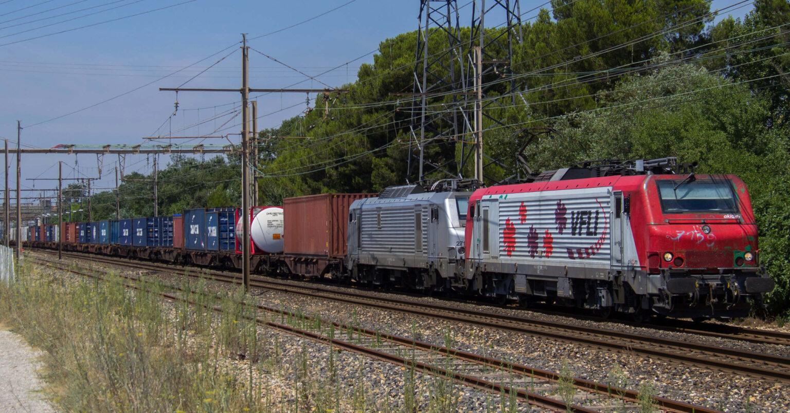 Tren de VFLI (ahora Captrain France) con la BB 27139 en cabeza circulando por Saint-Martin-de-Crau. Foto: Florien Maillard.