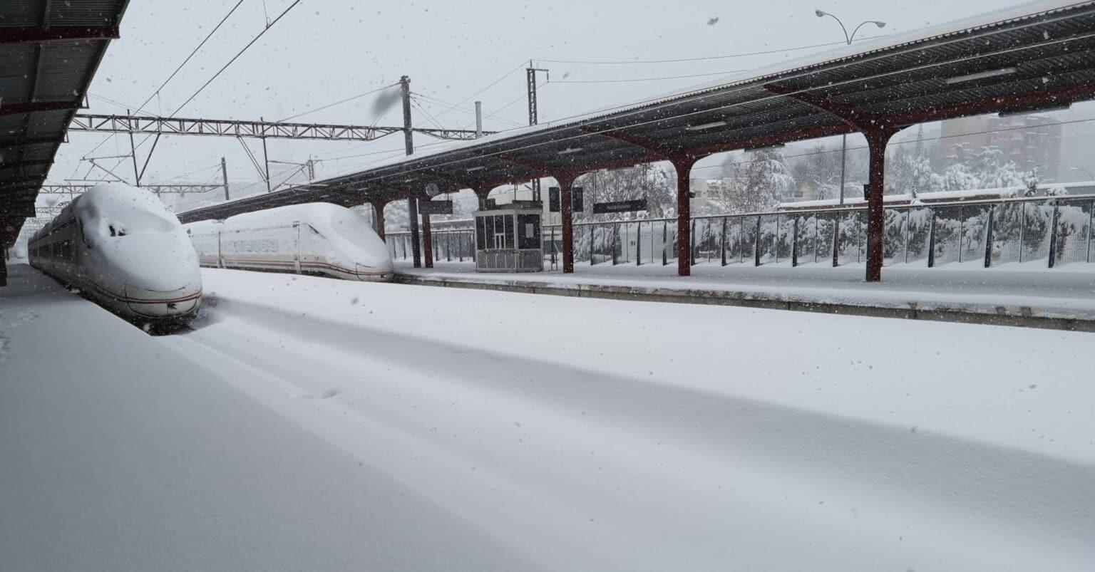 Trenes de la serie 114 atrapados por la nieve en Chamartín. © RENFE
