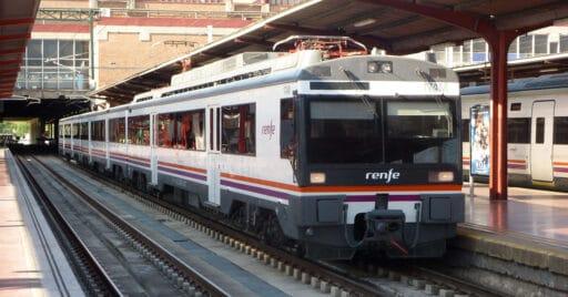 UT 470 de Renfe estacionada en la vía 15 de Chamartín, una de las que se va a transformar a ancho internacional. MIGUEL BUSTOS.