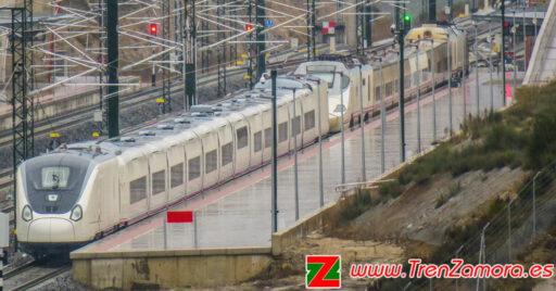 106-006 estacionado en la estación de Sanabria AV junto a un 730 también fabricado por Talgo. © Grupo Tren Zamora