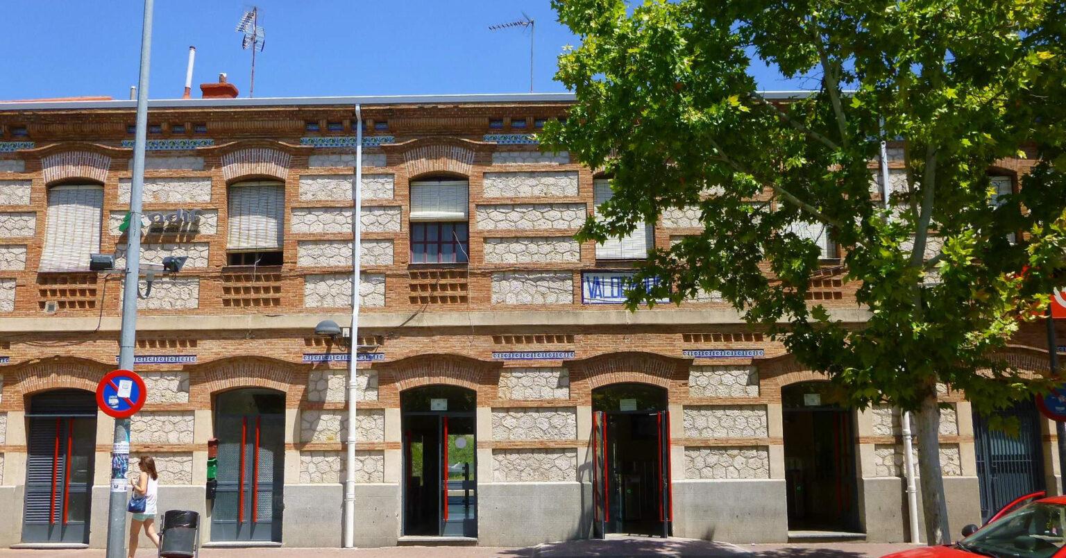 Fachada principal del edificio de la estación de Valdemoro, cuyo mantenimiento se incluye en esta oferta de empleo de ALSA. ZARATEMAN