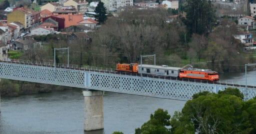 La 2629 de CP en territorio español con el pantógrafo levantado. NELSO SILVA.