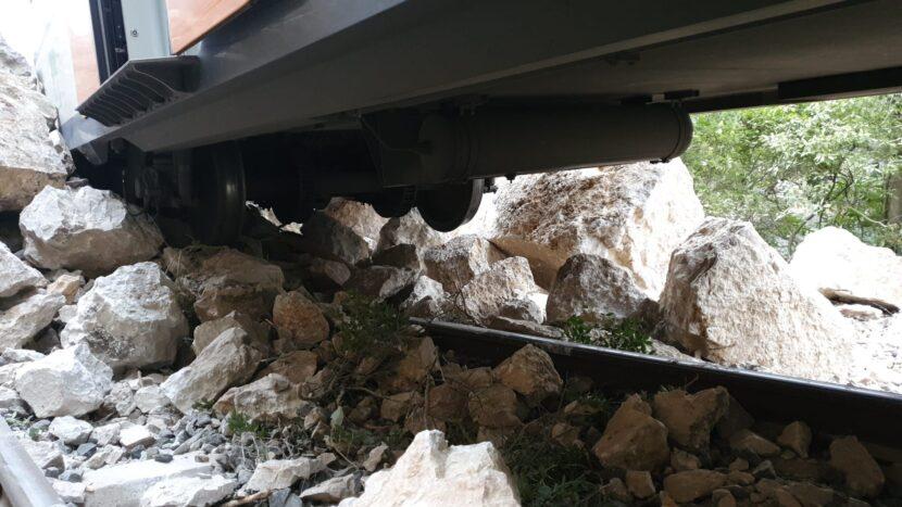 El suelo y uno de los bogies del tren descarrilado sobre las rocas. AUTOR DESCONOCIDO