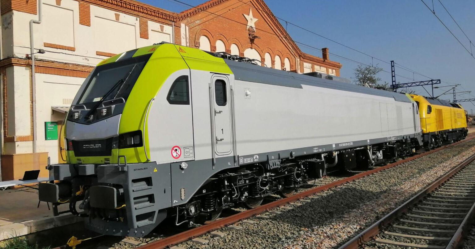 La primera locomotora de la familia Euro6000 en salir de fábrica, estacionada en la estación de Zuera. © CAPTRAIN ESPAÑA.