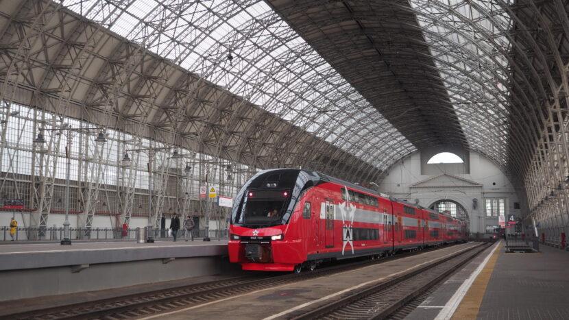 Stadler KISS de Aeroexpress estacionado en Moscú durante su segundo día de servicio. ARTEM SVETLOV.