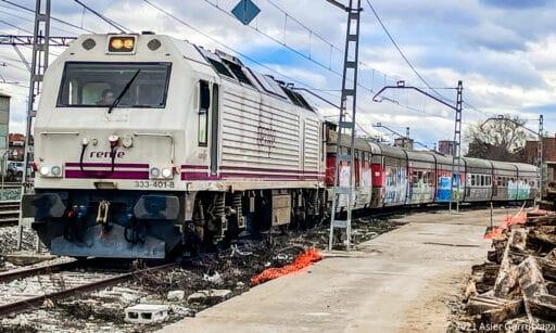 El Talgo III acoplado a la locomotora antes de salir de Fuencarral. © ASIER GURRUTXAGA.