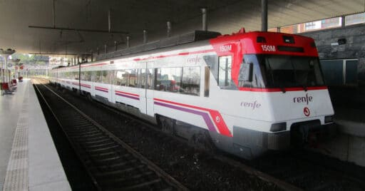 Unidad de la serie 446 en la estación de Santurce, en las Cercanías de Bilbao. MIGUEL BUSTOS