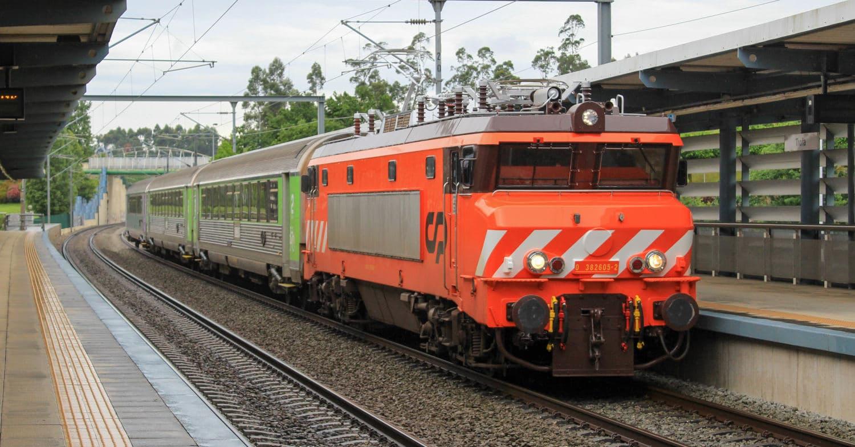 Locomotora 2605 en cabeza del IR 852 pasando por la estación de Trofa. © TIAGO CUNHA.