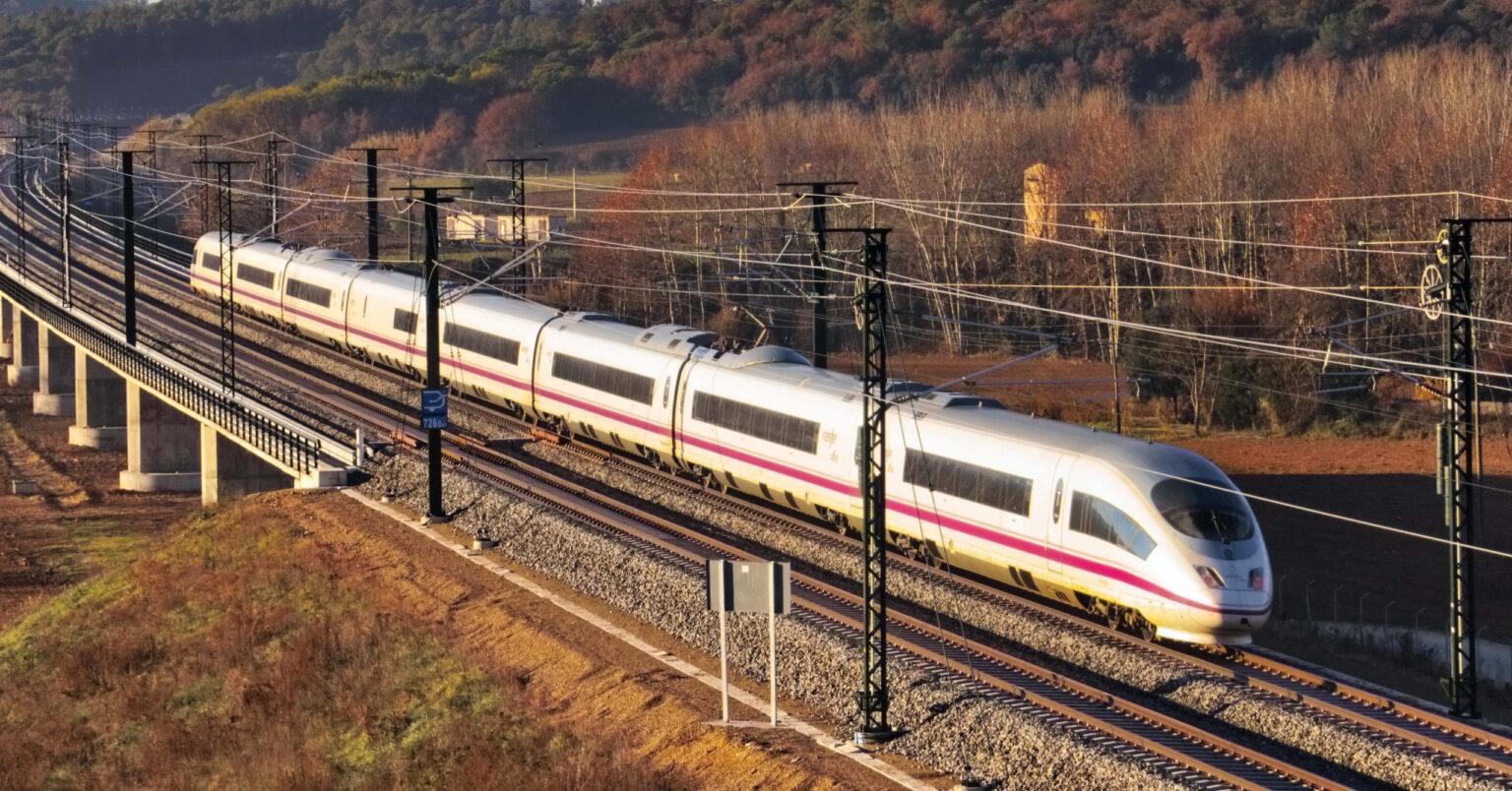 Tren de la serie 103 de Renfe AVE camino de Barcelona. JORDI VERDUGO.
