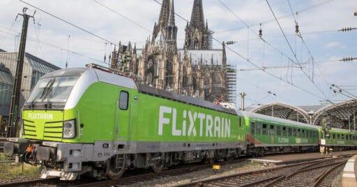 Tren de FlixTrain en la estación alemana de Colonia, con la catedral de fondo. PETERS452002.