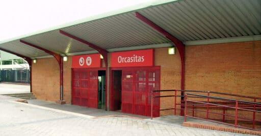 Acceso a la estación de Orcasitas, una de las estaciones que van a recibir mejoras, en 2008. RICARDO RICOTE MARTÍN.