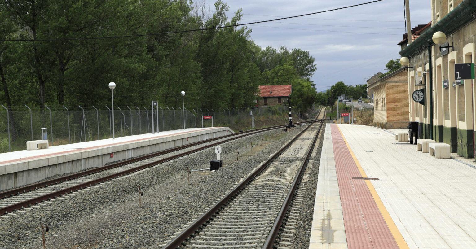 Andén de la estación de Sabiñánigo con las vías renovadas en 2009. FALK2.