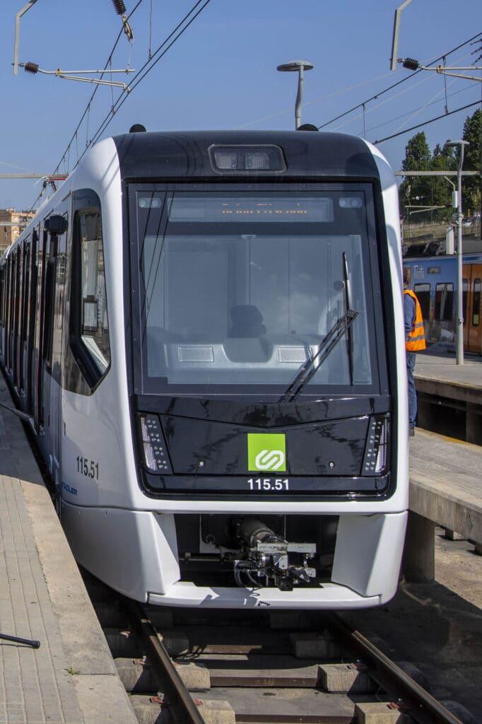 Frontal del primer tren de la serie 115