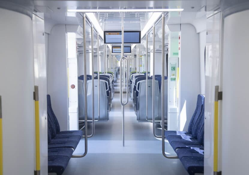 Interior del tren visto desde uno de los pasillos que unen coche