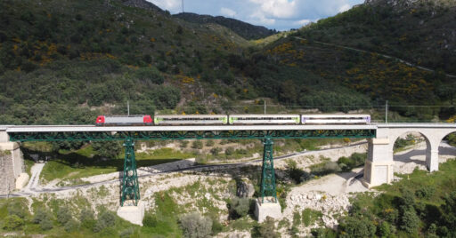 Regional cruzando uno de los puentes metálicos de la Línea de la Beira Baixa en las cercanías de Benespera. © ANTERO PIRES