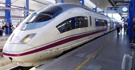 Tren de la serie 103 de Renfe en la estación Lleida-Pirineus. RICARD CODINA.