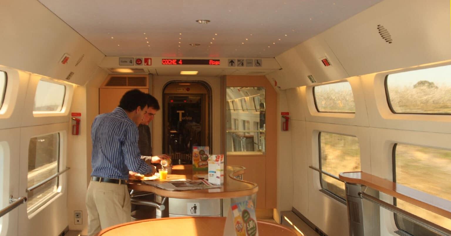Viajeros en una cafetería a bordo de un tren de Renfe de la serie 100. MATTHEW BLACK