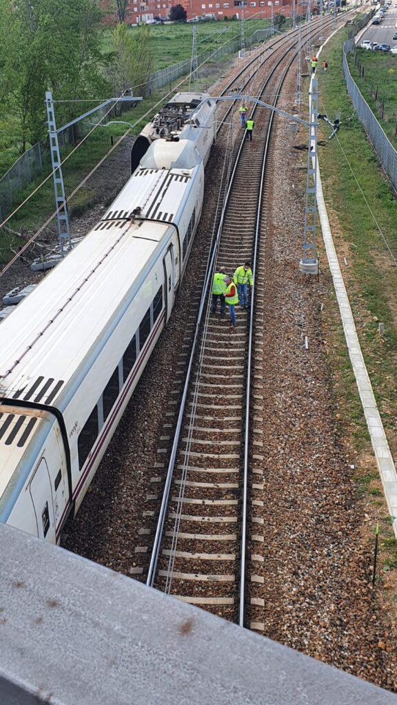 Vista del tren descarrilado desde el paso superior. AUTORÍA DESCONOCIDA