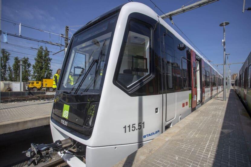 Vista lateral del primer tren de la serie 115