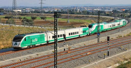 BT02 y Séneca de adif, dos de los vehículos que podrán ser atendidos en el taller de mantenimiento de trenes de Adif en Madrid-Sur. JORDI VERDUGO.jpg